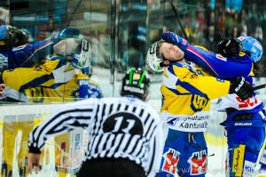 Klotens Eric Blum gegen Davos Sandro Rizzi im Zweikampf, Eishockey NLA, Kloten Flyers - HC Davos in der Kolping Arena in Kloten.