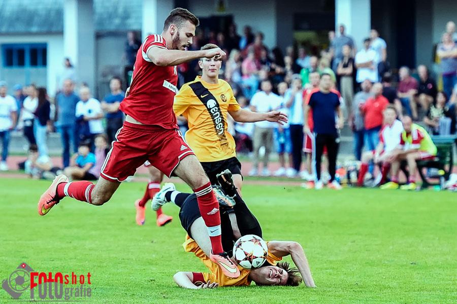 Dielsdorfs Fitim Krasniqi gegen Oberglatts Joel Lercher und Sandro Kuebler (am Boden), FC Oberglatt - FC Dielsdorf .