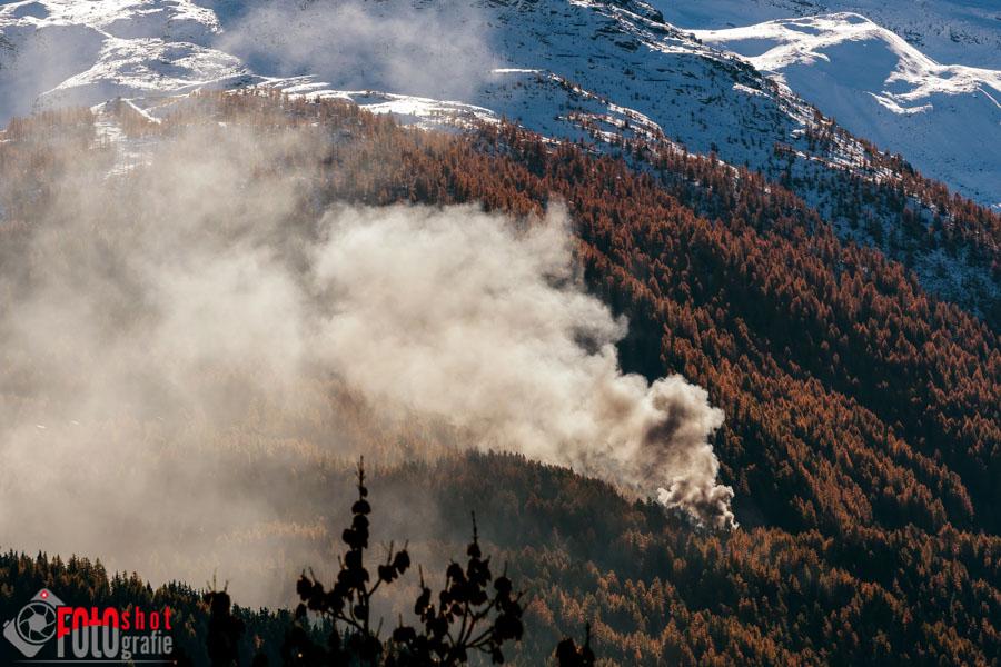 Mitten im Waldgebiet steigt die Rauchsäule hoch