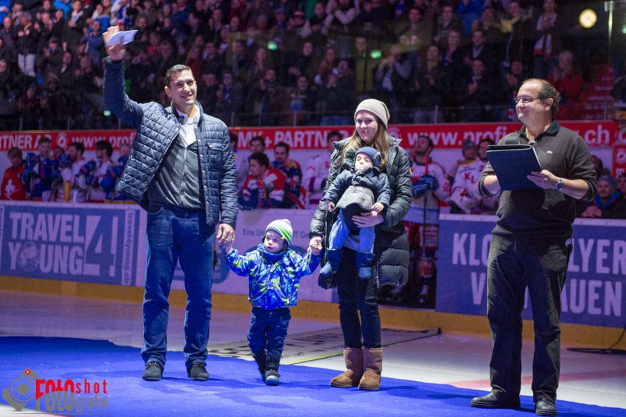 Verabschiedung von Victor Stancescu, hier mit Frau und Kindern, rechts W.J. Scheible, Eishockey NLA Kloten Flyers - HC Davos in der SWISS Arena in Kloten. 08.01.2016 Foto: Leo Wyden